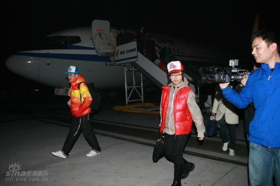 图文:周笔畅抵达北京机场--走下飞机