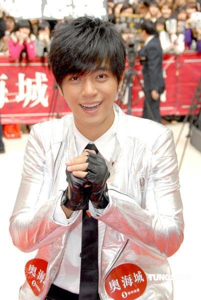 组图:罗志祥签唱会尴尬送拥抱不怕绯闻怕丑闻