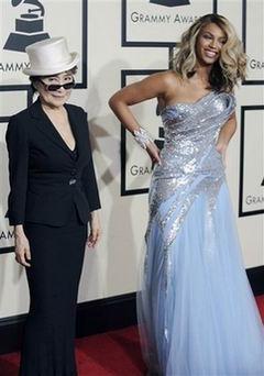图文:碧昂丝与小野洋子共同亮相格莱美红地毯