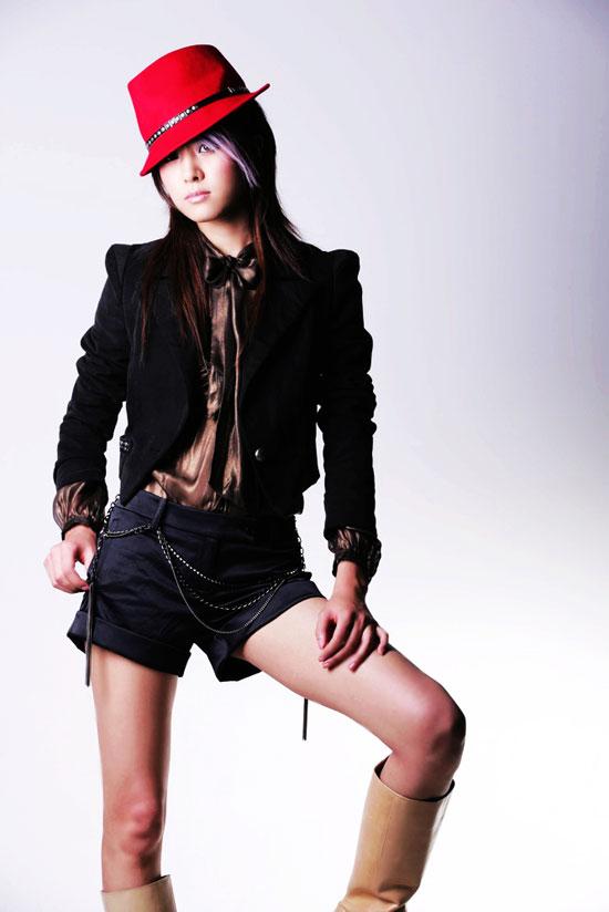 组图:魏佳庆最新时尚造型玩转魏式牛仔很忙