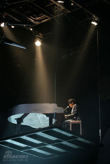 图文:罗志祥开唱化身水晶战士-大秀钢琴技巧