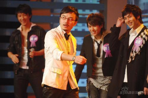 组图:SJ-M录节目人气旺韩庚热舞脱衣歌迷尖叫