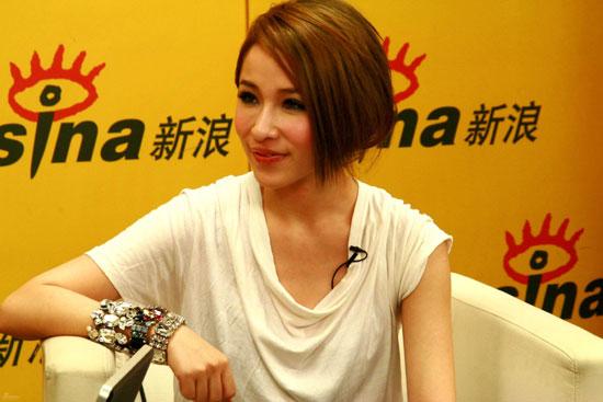 图文:萧亚轩聊再嫁EMI-赞歌迷很用心
