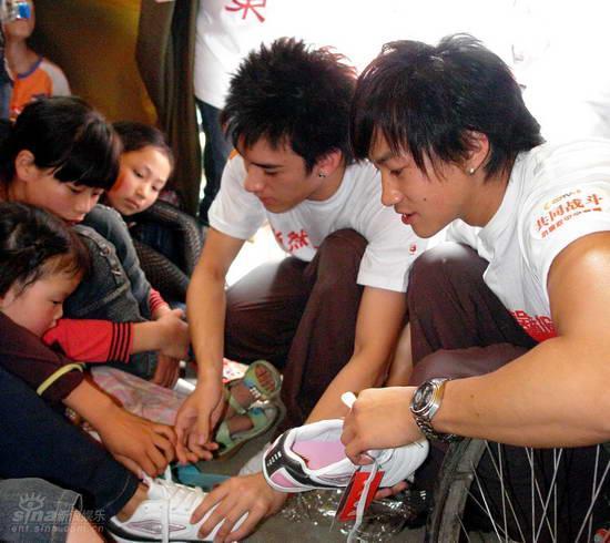 花鸟:沈建宏送工笔小朋友图文并为小朋友穿鞋技法灾区球鞋入门教程图片