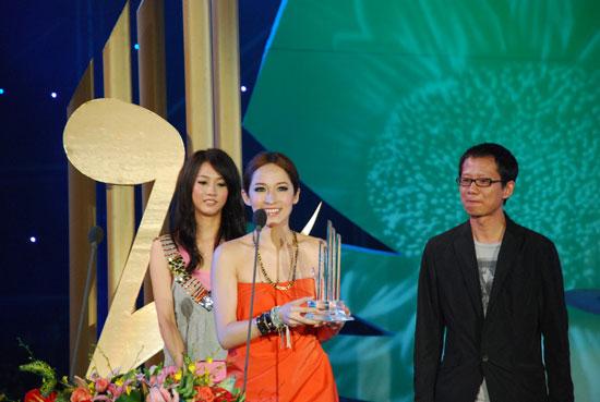 图文:08大学生音乐节颁奖礼--萧亚轩获女歌手奖