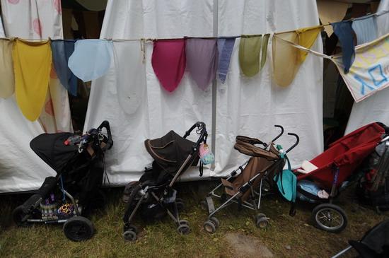 图文:富士音乐节第三天--停放儿童车