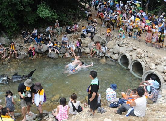 图文:富士音乐节第三天--水中玩乐