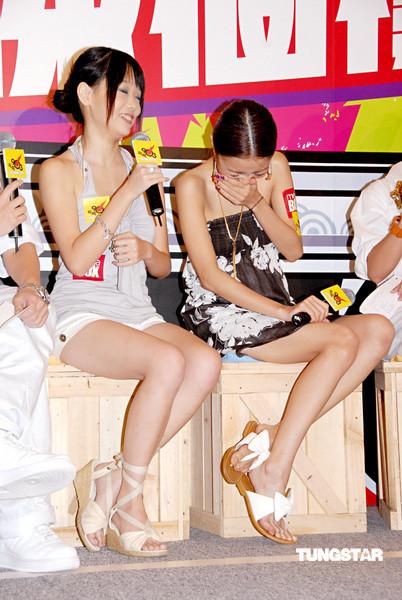 组图:薛凯琪与模仿者露美腿舔手指