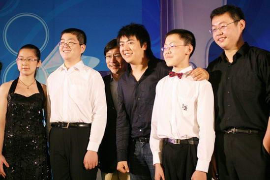 图文:CCTV钢琴小提琴大赛启动--和小选手合影