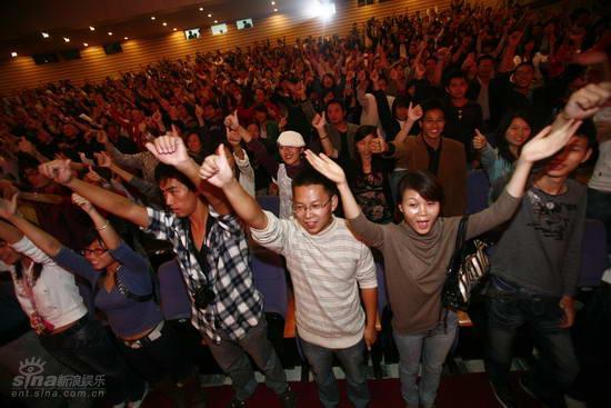 图文:中歌榜欢唱会首唱--观众起立鼓掌