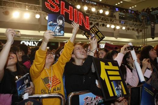图文:信引爆红人榜收场拉票会-粉丝高举欢迎牌