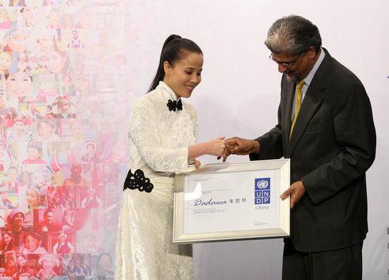 图文:朱哲琴任亲善大使-马和励颁发聘书