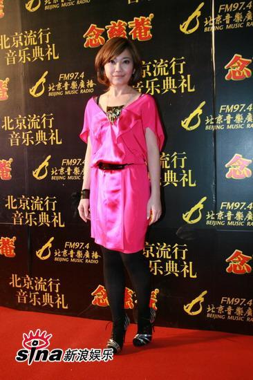 图文:中歌榜典礼红毯-粉红装衬托梁静茹