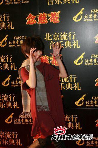 图文:中歌榜红毯--许飞开心尽情搞怪
