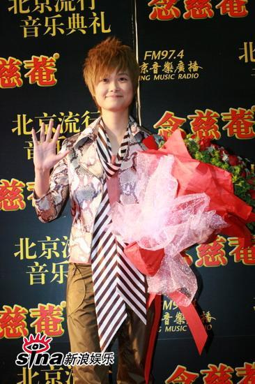 图文:中歌榜红毯--李宇春与观众打招呼