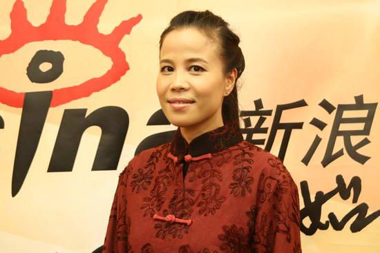 图文:朱哲琴独家做客新浪--大红色唐装