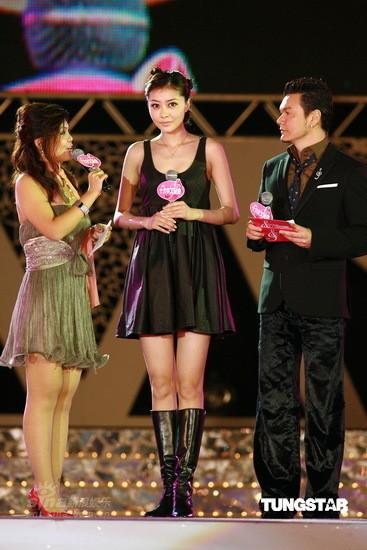 图文:十大中文金曲颁奖礼--熊黛林表情俏皮可爱