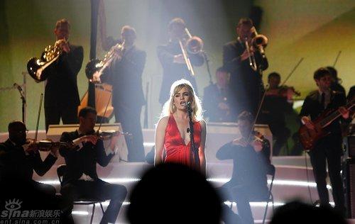 图文:全英音乐奖现场--Duffy与交响乐团配合
