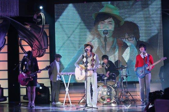 图文:音乐风云榜--旅行团乐队演唱