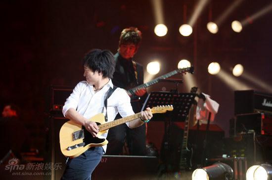 图文:许巍2009北京个唱-许巍用歌声感染歌迷