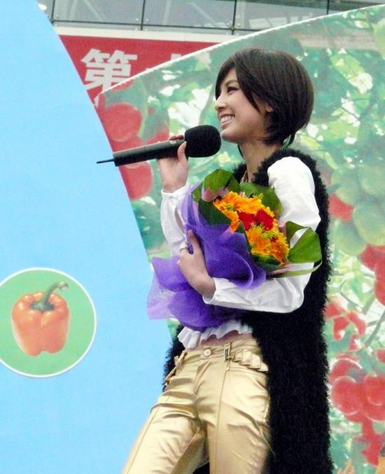 组图:黄圣依现身蔬菜博览会短发亮装欢动全场