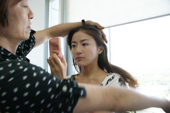 图文:贡米做客新浪首度网聊-贡米照镜补妆