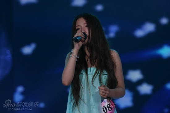 图文:快女全国首场总决赛-潘晨演唱