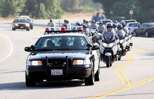 图文:杰克逊家族车队抵墓园警车开道声势浩大
