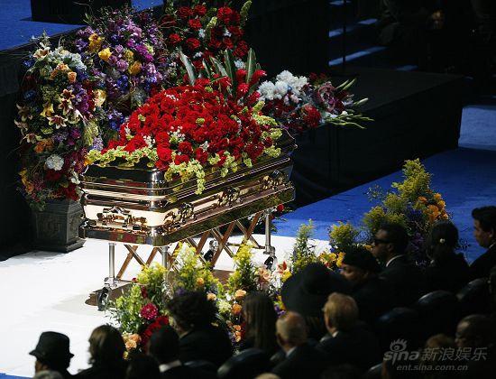 图文:杰克逊公众悼念仪式-鲜花铺满灵柩