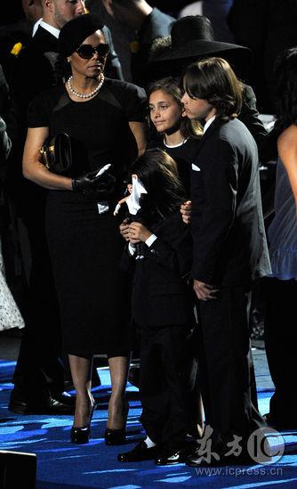 图文:杰克逊公众悼念仪式--杰克逊三名子女登台
