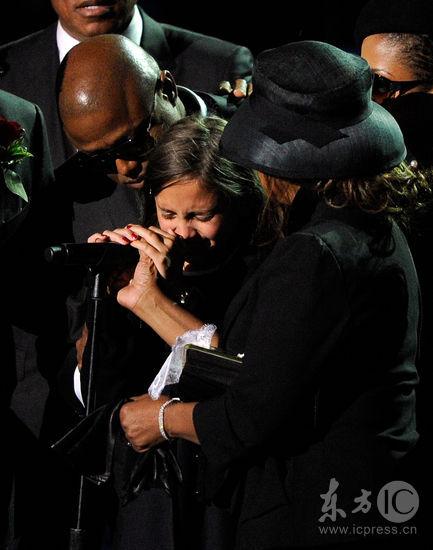 图文:杰克逊公众悼念仪式--杰克逊女儿痛哭