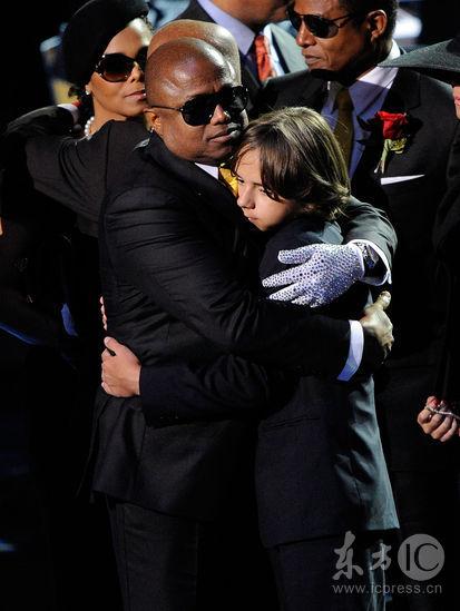 图文:杰克逊公众悼念仪式--大儿子与长辈拥抱