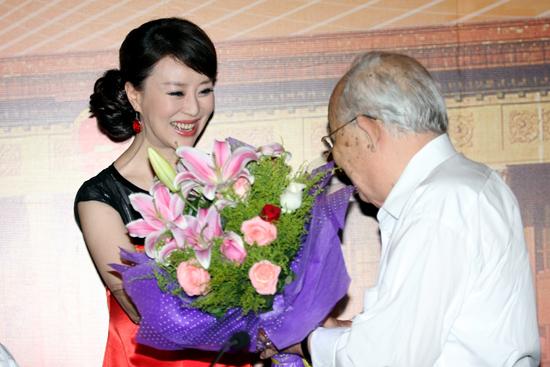 图文:祖海个唱启动-乔羽(右)给祖海献花