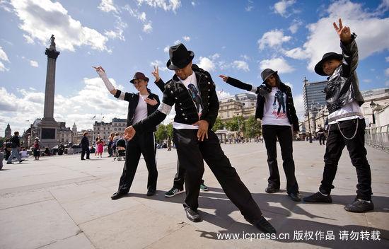 组图:杰克逊51岁冥诞歌迷齐跳僵尸舞再现经典