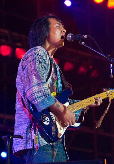 图文:长沙橘州音乐节次日--山人主唱瞿子寒