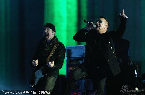 图文:2009MTV欧洲音乐大奖--U2乐队激情演出