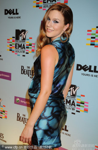 图文:09MTV欧洲音乐奖红毯-乔丝-斯通回眸一笑