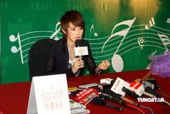 组图:刘力扬现身上海宣传新碟给歌迷拥抱