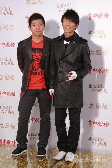 图文:09中歌榜颁奖礼红毯-羽泉一冷一热