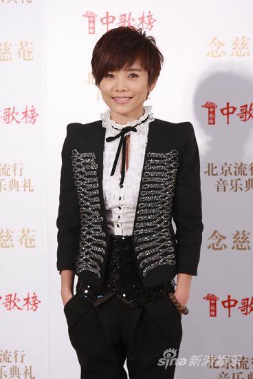 图文:09中歌榜颁奖礼红毯-许飞小秀女人味