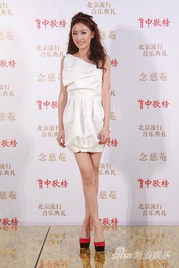图文:09中歌榜颁奖礼红毯-张婧无惧严寒