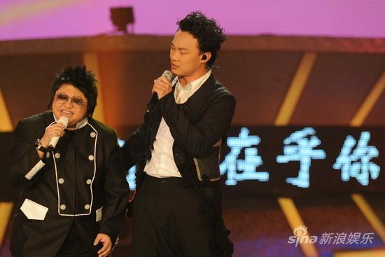 图文:09中歌榜颁奖礼现场-韩红与陈奕迅合唱