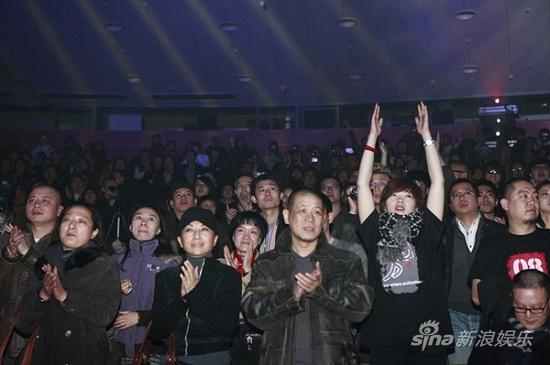 图文:万事如意演唱会-观众起立鼓掌