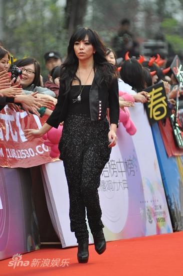 图文:华语榜中榜红毯-张惠妹一身劲装