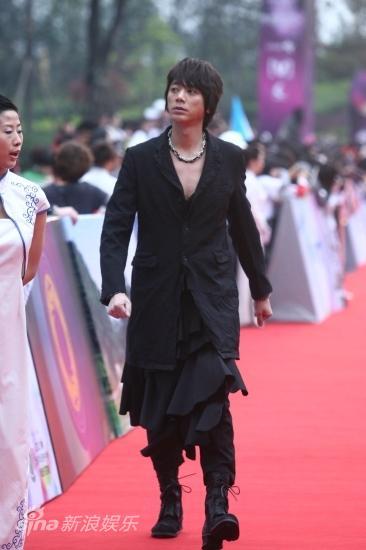 图文:华语榜中榜红毯-信男人味十足