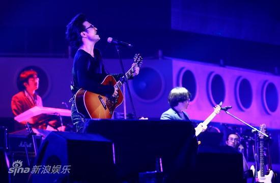 图文:汪峰北京演唱会--边弹边唱