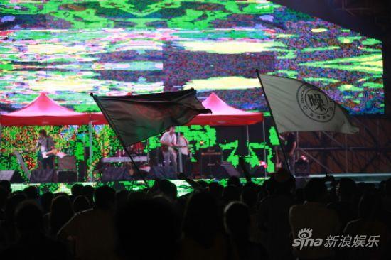 图文:活力岛第一天-大型LED屏