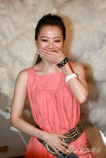 图文:《歌舞青春》mv拍摄-张靓颖捂嘴偷笑