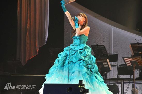 图文:阿兰日本演唱会-阿兰振臂高歌