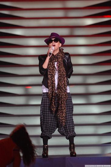 图文:2010音乐盛典彩排-张惠妹豹纹围巾